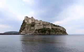 Замок на острове искья
