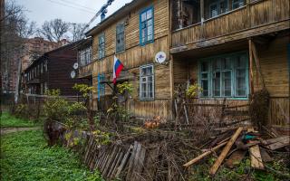 Заглянул во дворы домов всего в 20 км от Москвы: жалко живущих здесь людей (из-за нищеты и неухоженности)