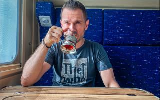 Проводница поезда по секрету рассказала, зачем в 90-х добавляли пассажирам в чай соду