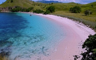 Где розовый песок на пляже