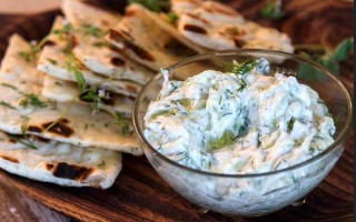 Греческая закуска из огурцов и йогурта